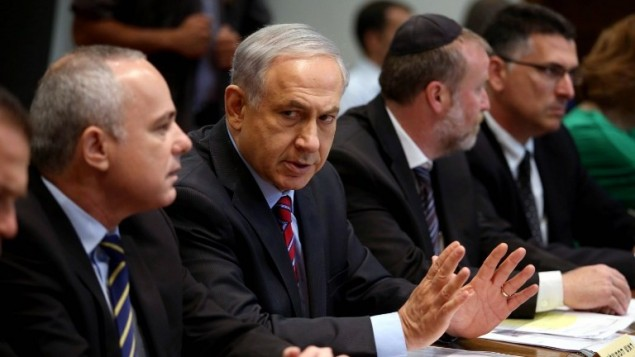 Benjamin Netanyahu (centre) (Crédit : AFP Photo/Pool/Abir Sultan)
