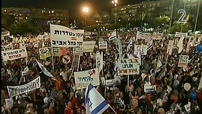 Israelis voice solidarity with residents of the south during a rally in Tel Aviv's Rabin Square, Thursday, August 14, 2014 (screen capture: Channel 2)