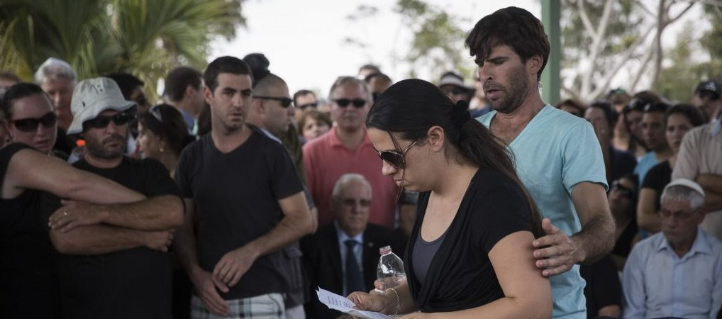 Gila Tragerman, with husband Doron at her side, eulogizes her 4-year-old son Daniel at his funeral, August 24, 2014. Daniel was killed by shrapnel from a mortar shell fired from Gaza at his home at Kibbutz Nahal Oz on August 22.  (Photo credit: Hadas Parush/Flash90)