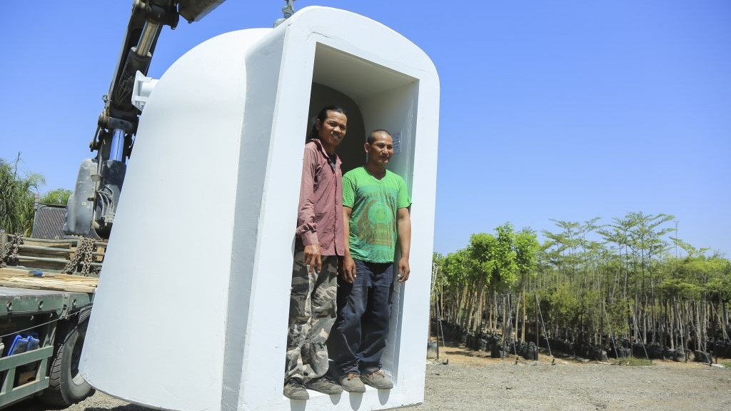 Thai foreign workers standing in a mobile bomb shelter at Moshav Beit HaGadi in the Southern Israel on August 20, 2014. (photo credit: Edi Israel/Flash90)