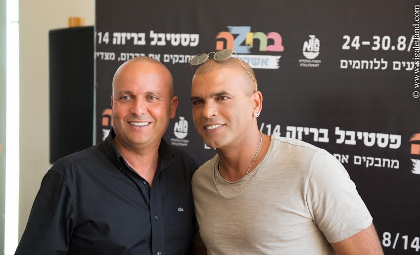 Singer Eyal Golan and the mayor of Ashkelon, Itamar Shimoni, at the press conference for Briza Festival in Ashkelon (Photo credit: Sigal Aylend Shilman)