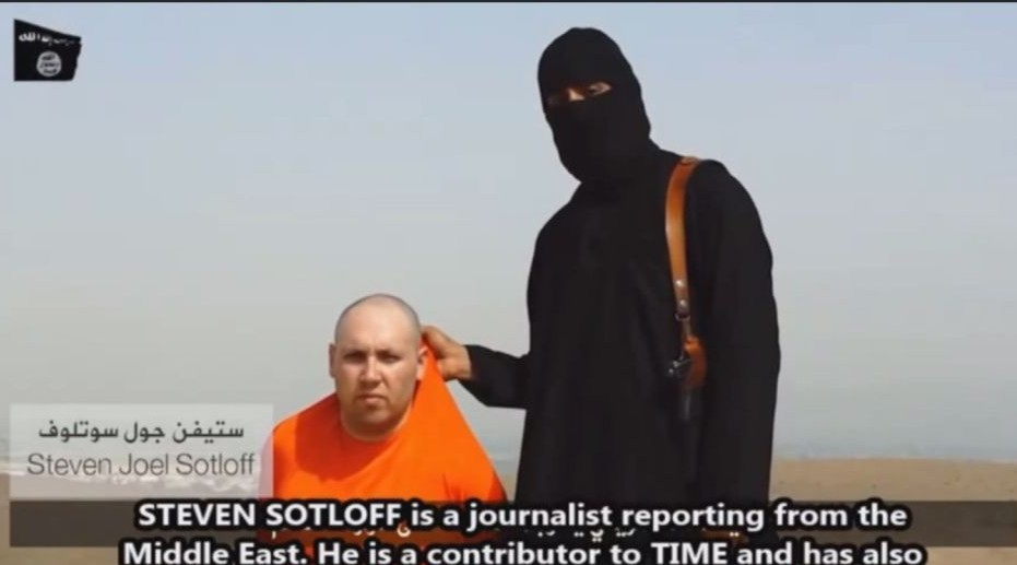 Steven Sotloff and his IS captor (YouTube screenshot)