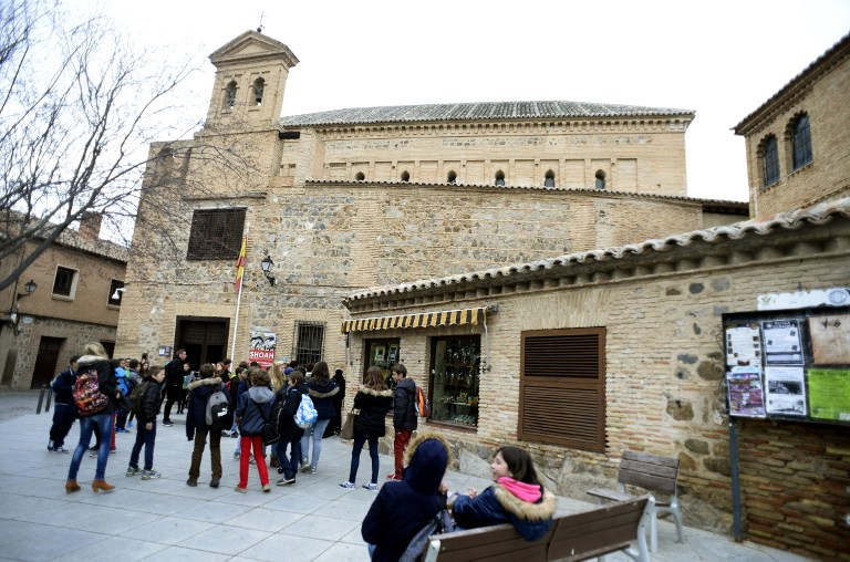 """Children stand near the """"El Transito"""" synagogue and Sephardic Museum in Toledo on February 27, 2014. (photo credit: AFP/Gerard Julien)"""