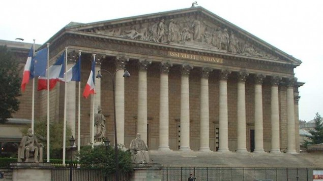 L'Assemblée nationale de France. Illustration. (Crédit : Pol/CC BY 3.0/Wikimedia commons)