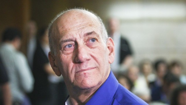 L'ancien Premier ministre Ehud Olmert le jour de sa condamnation au tribunal de district de Tel Aviv le 13 mai 2014 (Crédit : Ami Shooman/Flash90)