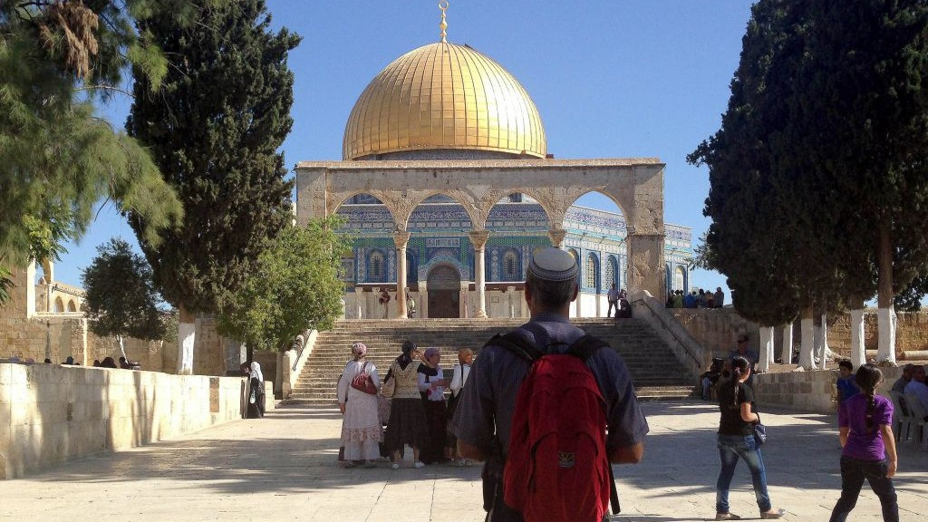 A Jewish visitor to the Temple Mount looks at the Dome of the Rock, 2013. (photo credit: Sliman Khader/Flash90, File)