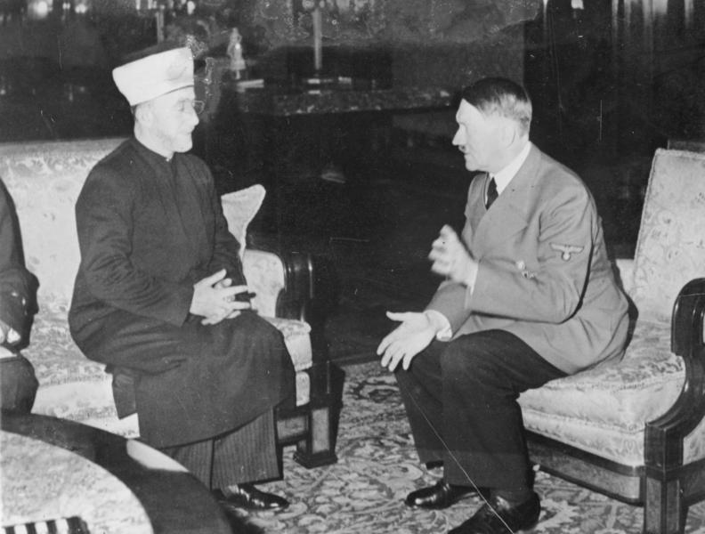 Hitler et le Mufti en 1941 (Crédit : Heinrich Hoffmann Collection/Wikipedia)