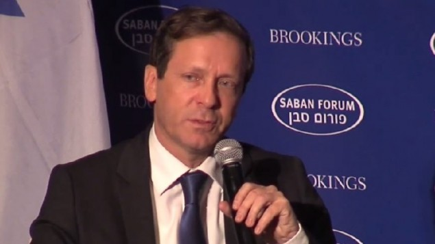 Isaac Herzog au Forum international Saban - 5 décembre 2014 (Crédit : capture d'écran YouTube)