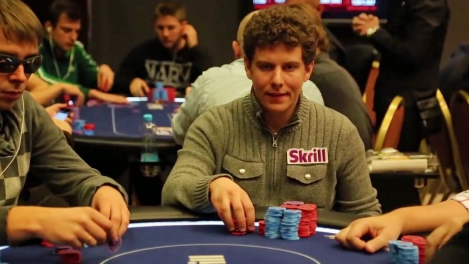 Ari Engel en train de jouer au poker (Crédit : YouTube)