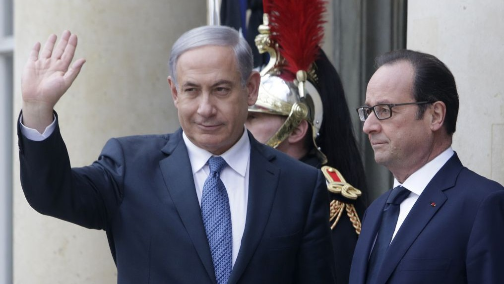 French President Francois Hollande and Prime Minister Benjamin Netanyahu pose for photographers at the Elysee Palace, Paris, Sunday, Jan. 11, 2015, in the wake of a series of terror attacks at the Charlie Hebdo magazine and a Jewish grocery store. (AP/Thibault Camus)