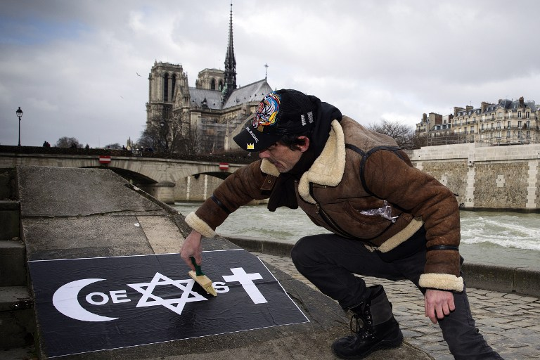 French artist debuts 39 coexist 39 campaign the times of israel for Collant mural francais
