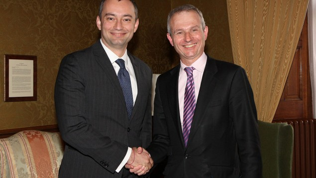Nickolay Mladenov, à l'époque où il était ministre des Affaires étrangères de la Bulgarie, aux côté du ministre anglais de l'Europe, David Lidington le 16 avril 2012 (Crédit : Flickr/Foreign and Commonwealth Office)
