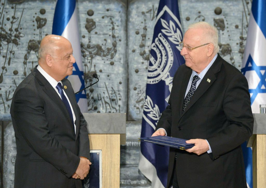 Central Elections Committee head Salim Joubran (L) and President Reuven Rivlin on March 25, 2015 (photo credit:  Mark Neyman/GPO)