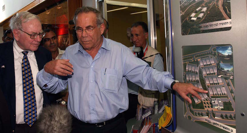 Warren Buffet (L) views future plans for the expansion of his newly acquired business Iscar Metalworking with previous owner Steff Wertheimer (R) in Tefen, Israel, Sept. 18, 2006. (Photo credit: Big R /Flash90)