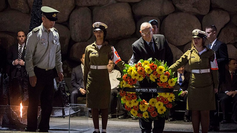 President Reuven Rivlin lays a wreath of flowers during a ceremony at the 'Hall of Remembrances' at the Yad Vashem Holocaust memorial museum in Jerusalem, as Israel opened Holocaust Remembrance Day on Wednesday, April 16, 2015. (Photo credit: Hadas Parush/Flash90)