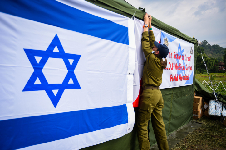 Israeli soldiers set up a field hospital together with the Nepalese army in Nepal following the deadly earthquake on April 29, 2015. (IDF Spokesperson)