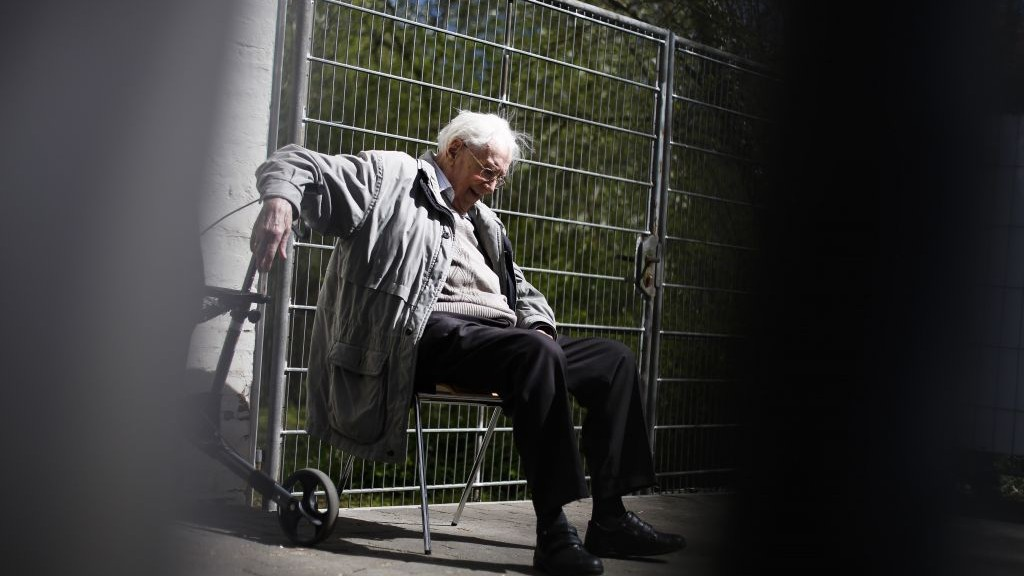 Former SS guard Oskar Groening sits behind a fence during a break in the trial against him in Lueneburg, northern Germany, Tuesday, April 21, 2015. (Photo credit: Markus Schreiber/AP)