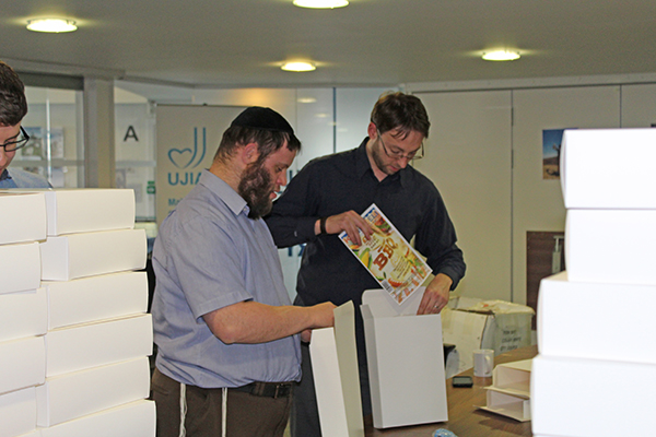 Packing Yom Ha'atzmaut Big BBQ boxes with volunteer Moshe Goldblatt