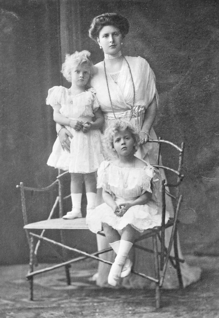 Queen Elizabeth II's mother-in-law, Princess Alice of Battenberg, with one of her daughters circa 1910. (Wikimedia Commons/JTA)
