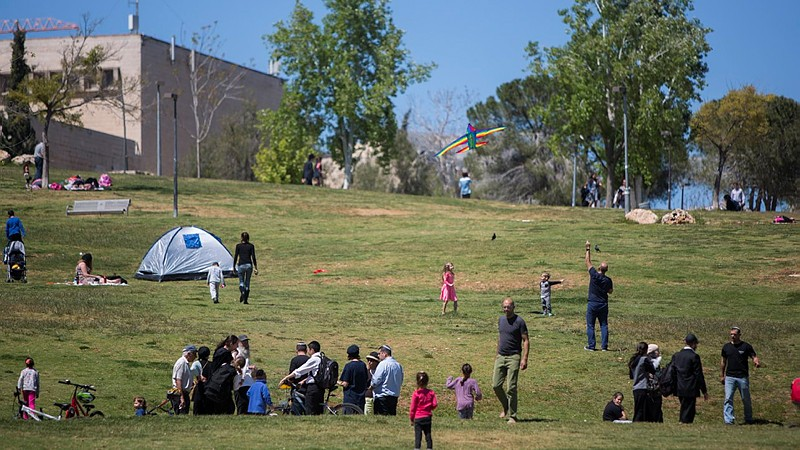 People visit at Sacher park in Jerusalem, during the Passover holiday, April 5, 2015.  (Photo credit: Yonatan Sindel/Flash90)