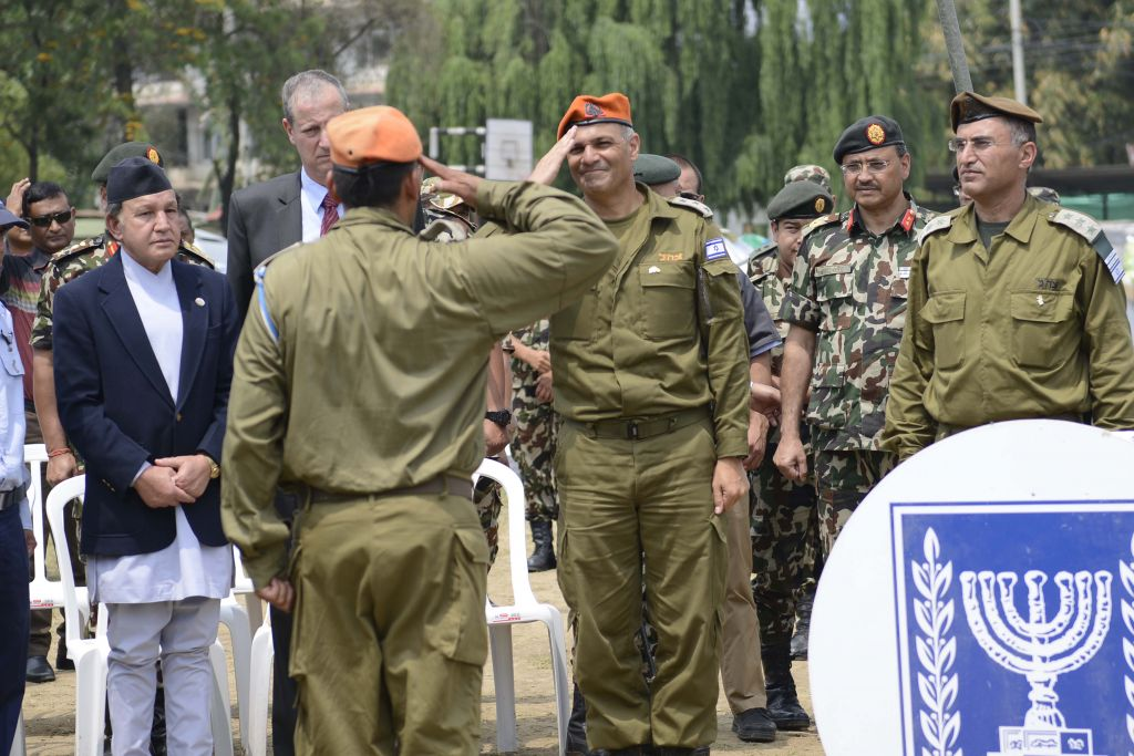 IDF officials and Nepalese officials in a closing ceremony of the Nepal field hospital on May 10, 2015 (IDF spokesperson's Unit)