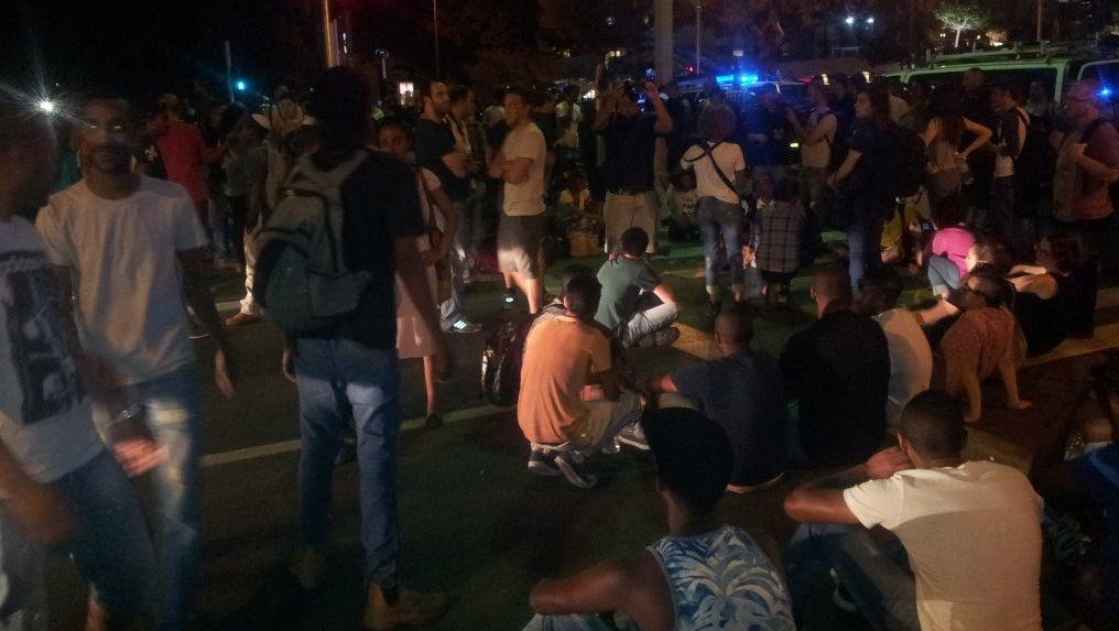 Ethiopian Israeli protesters blocking the junction of Shaul Hamelech Boulevard and Weizmann Street in Tel Aviv, on Monday evening, May 18 2015. (Photo credit: Judah Ari Gross)