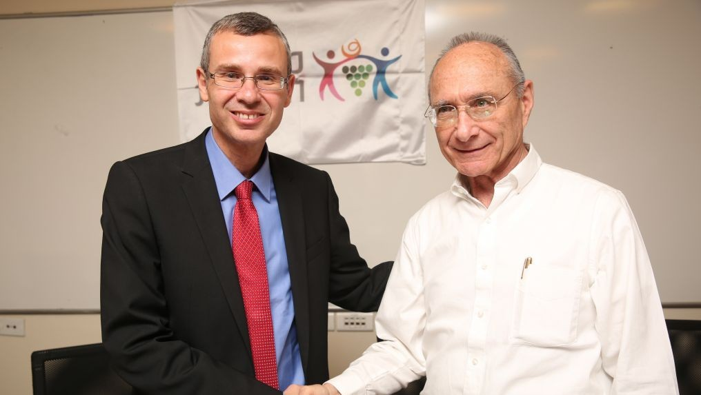 Yariv Levin (L) and Uzi Landau at the ceremony in which Levin took over the Tourism Ministry from Landau. (Photo credit: Hadas Parush/Flash90)