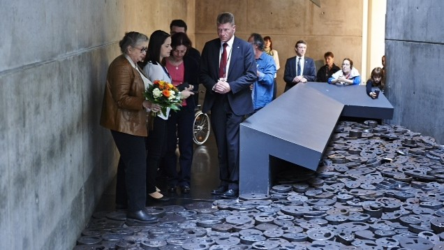 Nechama Rivlin, wife of President Reuven Rivlin, and her entourage arrive at a piece by Menashe Kadishman on permanent display in the Jewish Museum in Berlin, to lay a wreath of flowers there in Kadishman's memory, on Tuesday May 12 2015. He passed away on Friday. (Photo credit: Jewish Museum Berlin)