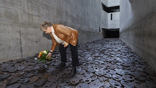 Nechama Rivlin, wife of President Reuven Rivlin, lays a wreath of flowers at a piece by Menashe Kadishman on permanent display in the Jewish Museum in Berlin, in honor of the artists memory, on Tuesday May 12 2015. Kadishman passed away on Friday. (Photo credit: Jewish Museum Berlin)