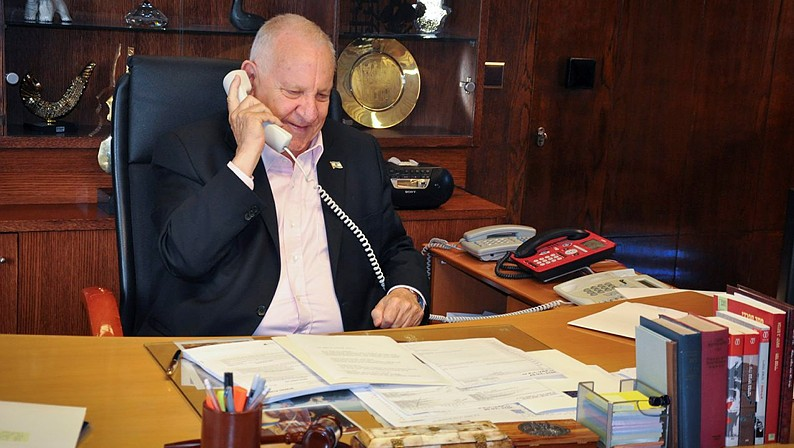President Reuven Rivlin calls to the Israeli soldiers who were sent to Nepal following last week's deadly earthquake, on May 07, 2015. (Photo credit: GPO)
