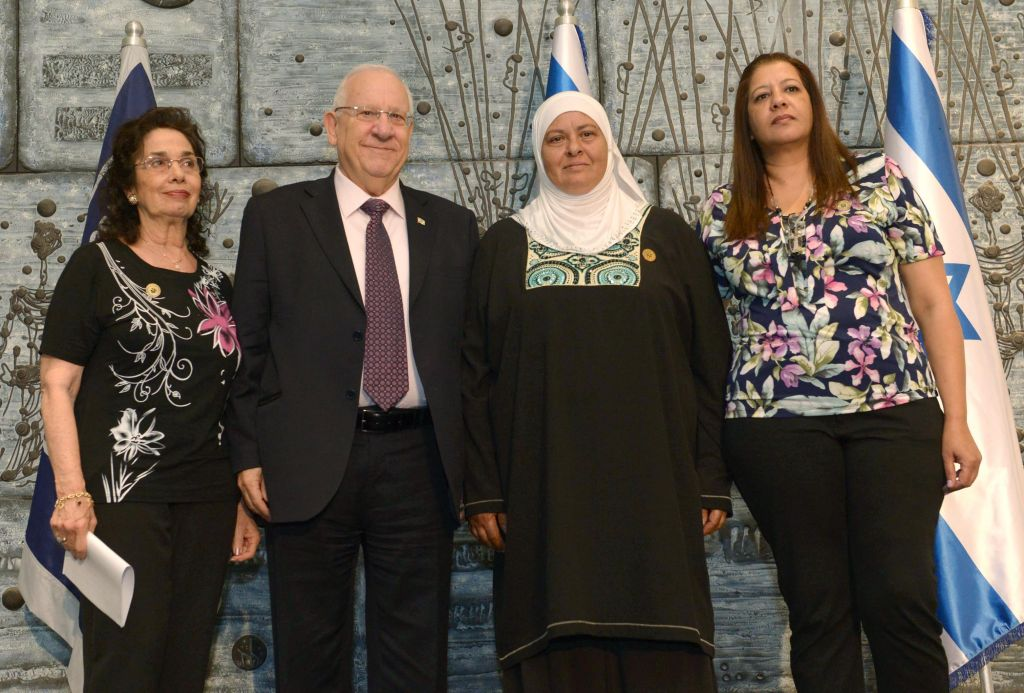 President Reuven Rivlin with members of families who donated organs, in the President's Residence in Jerusalem, on Wednesday, May 27 2015. (Mark Neiman/GPO)