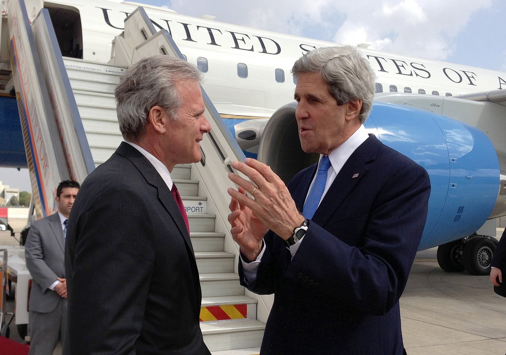Secretary of State John Kerry and ambassador Michael Oren at Ben Gurion Airport in March 2013. (US State Department)
