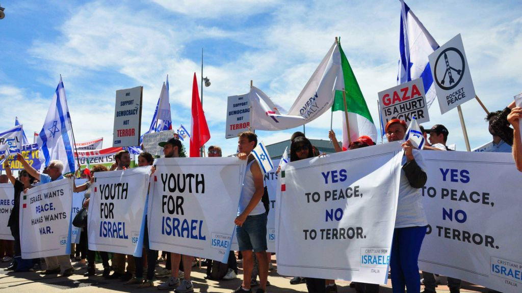 Supporters of Israel rallying outside the U. office at Geneva, June 29,  2015 (World Jewish Council)