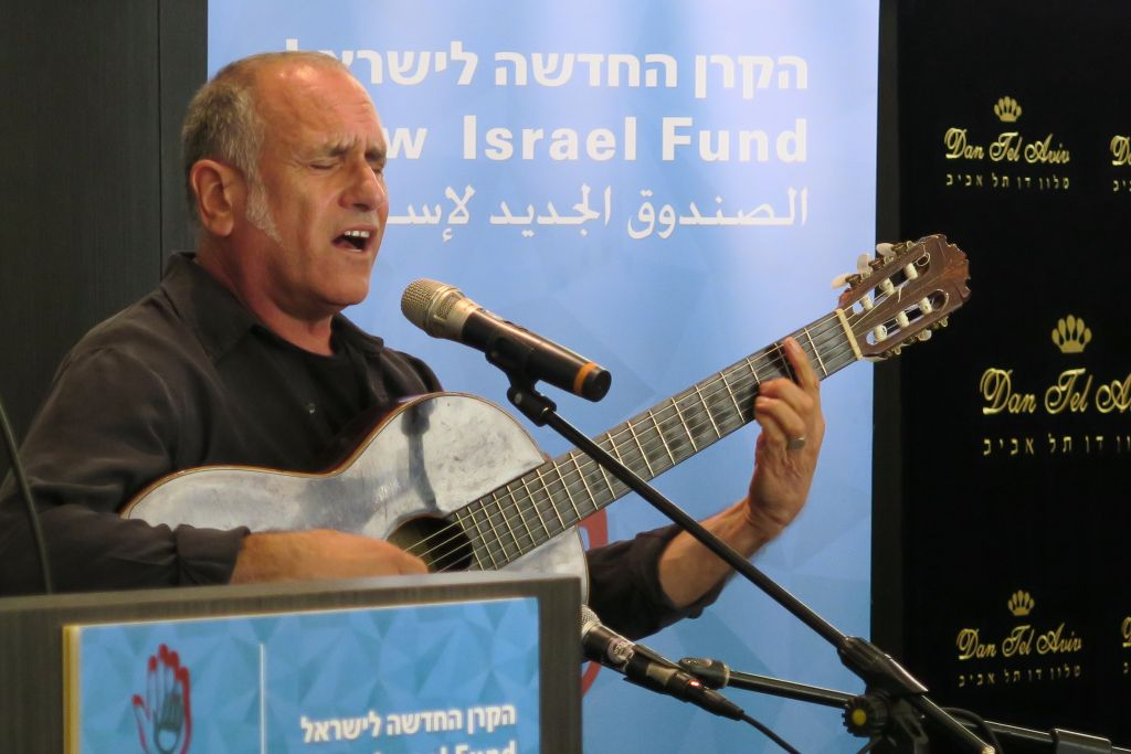 David Broza chantant le blues du BDS (Crédit: Luc Tress / Times of Israël)
