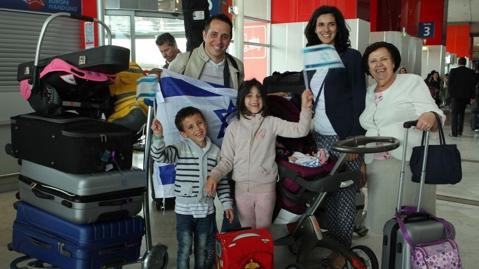 Illustrative photo of French Jewish families about to immigrate to Israel at Charles de Gaulle Airport outside Paris on July 27, 2015 (Jeremy Fournée/The Jewish Agency for Israel)