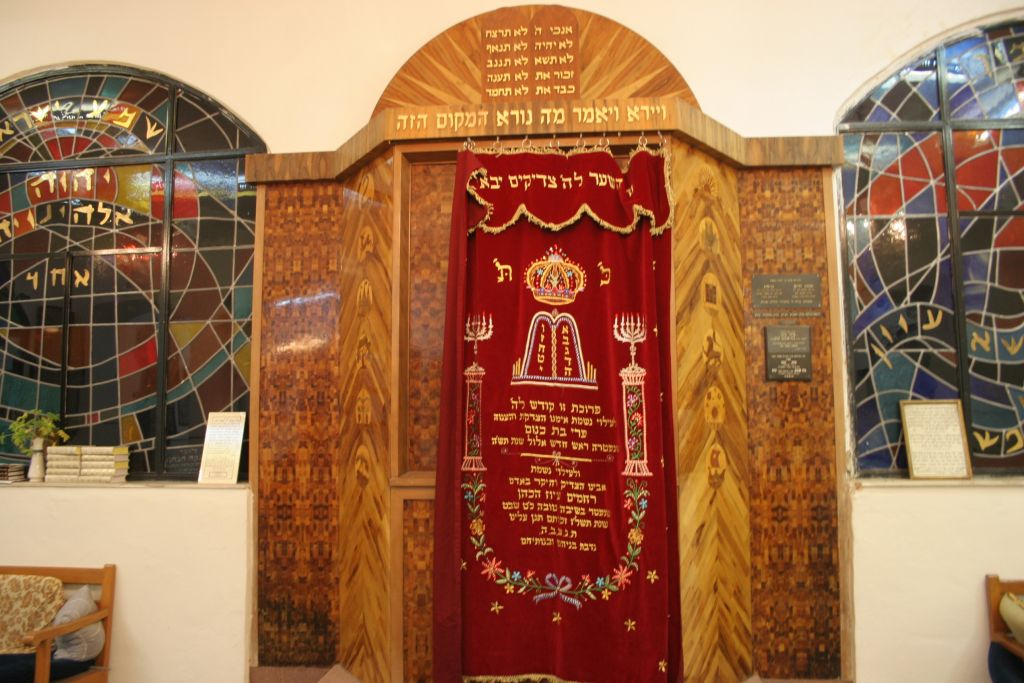 The Torah Ark at Ohavei Zion synagogue (Shmuel Bar-Am)