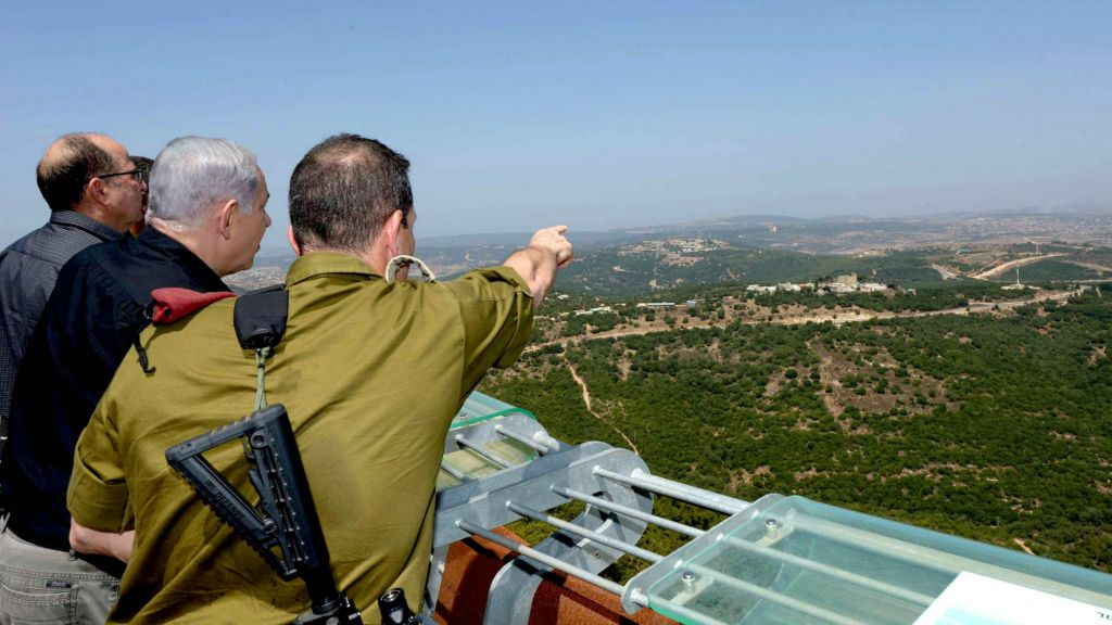 From right, Maj. Gen. Aviv Kochavi, Prime Minister Benjamin Netanyahu and Defense Minister Moshe Ya'alon on a tour of the northern border, August 18, 2015. (Amos Ben-Gershom/GPO)