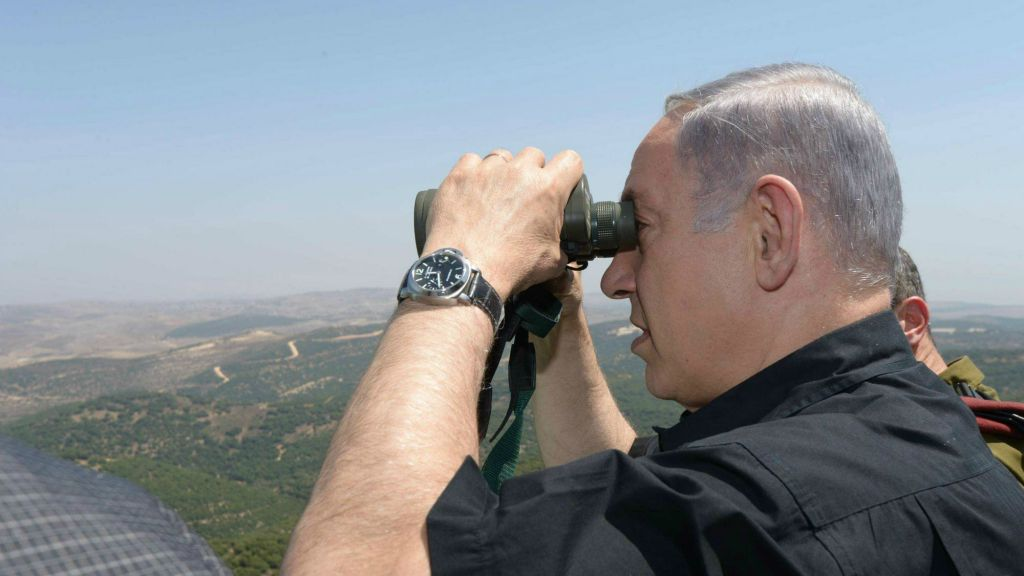 Prime Minister Benjamin Netanyahu on a tour of the northern border, August 18, 2015. (Amos Ben-Gershom/GPO)