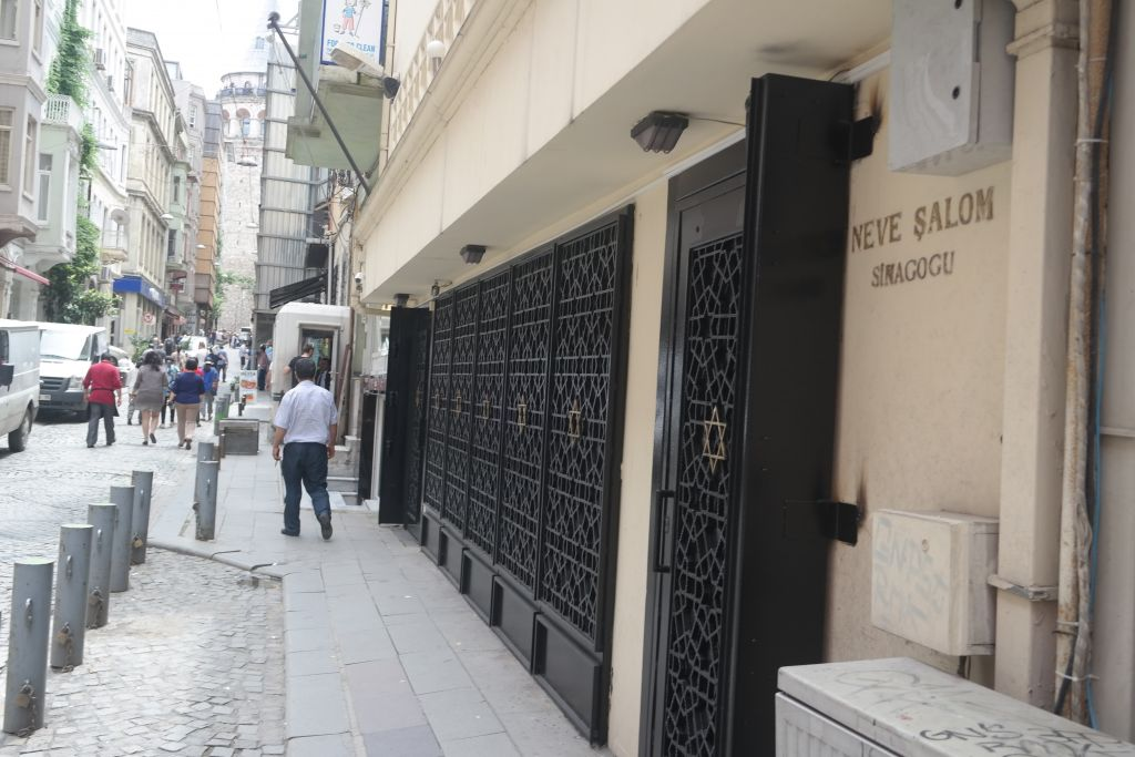 Turkish Islamists hold anti-Israel rally at Istanbul synagogue, kick doors  ...