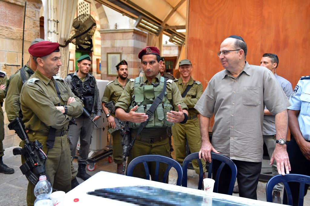 Defense Minister Moshe Ya'alon visits the Tomb of the Patriarchs in Hebron on August 11, 2015 (Ariel Harmoni/Defense Ministry)