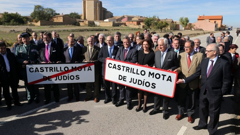 "Israeli Ambassador to Spain Daniel Kutner (5thL), Mayor of Castrillo Mota de Judio Lorenzo Rodriguez (7thL), Spanish Councillor of Culture and Tourism of the Junta de Castilla y Leon Maria Josefa Garcia Cirac (8thL) and officials hold two signs reading the new name of Spanish village ""Castrillo Mound of Jews"" in Castrillo Mota de Judios, near Burgos on October 23, 2015. (AFP PHOTO/ CESAR MANSO)"
