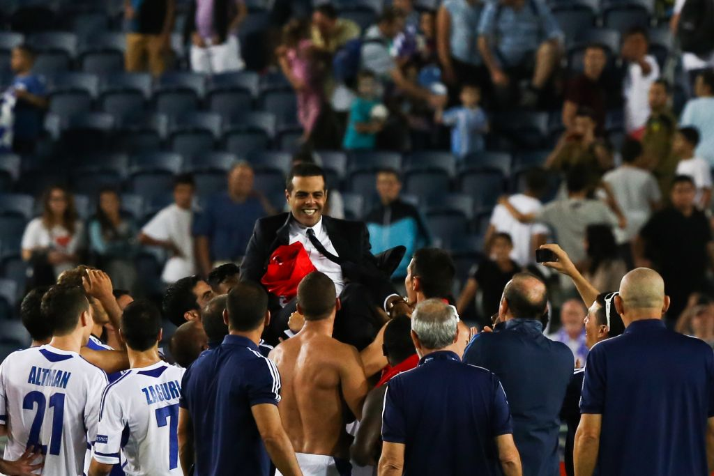 Fans and players fete former Israel national team coach Guy Luzon after the 1-0 victory over England in the UEFA European U21 Championships, Group A match between Israel and England at Teddy Stadium on June 11, 2013 in Jerusalem, Israel. (Yonatan Sindel/Flash90)
