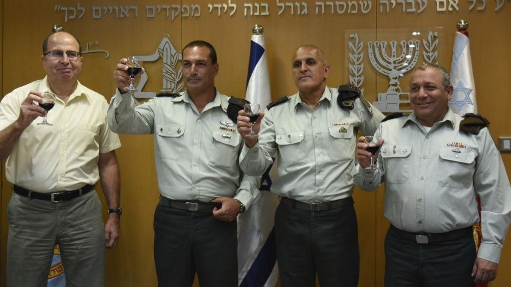 Defense Minister Moshe Ya'alon (left) raises a glass with incoming OC Southern Command Maj. Gen. Eyal Zamir (second left), outgoing OC Southern Command Maj. Gen. Sami Turgeman and IDF Chief of General Staff Lt. Gen. Gadi Eisenkot (right). (IDF)