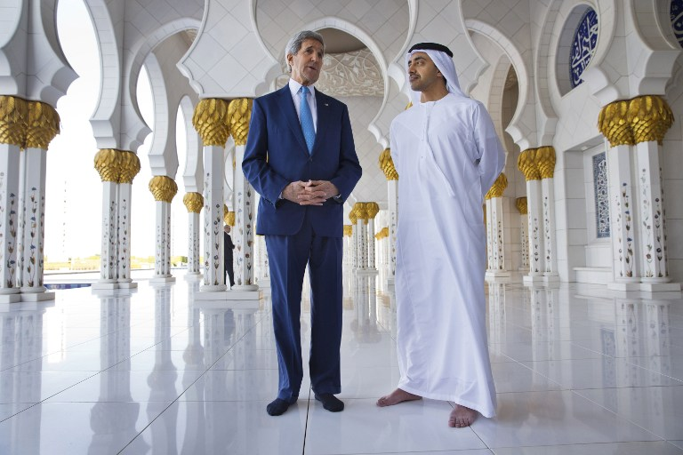 Standing without shoes as a sign of respect in the mosque, US Secretary of State John Kerry (L) and United Arab Emirates Foreign Minister, Sheikh Abdullah bin Zayed al-Nahyan, speak to the media after touring the Sheikh Zayed Grand Mosque in Abu Dhabi on November 23, 2015 (AFP / POOL / JACQUELYN MARTIN)