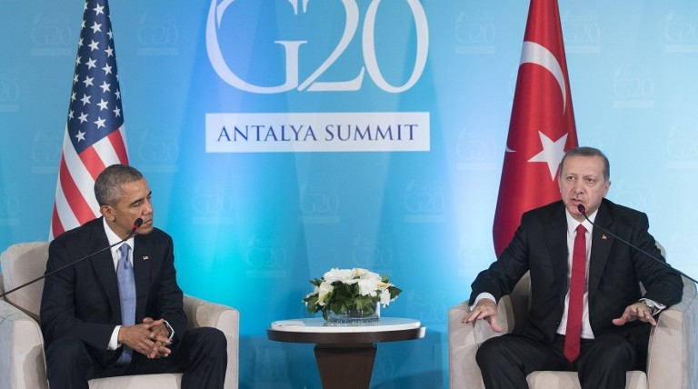 Turkish President Recep Tayyip Erdogan (R) and US President Barack Obama hold a meeting on the sidelines of the G20 summit in Antalya, Turkey, November 15, 2015. (Saul Loeb/AFP)