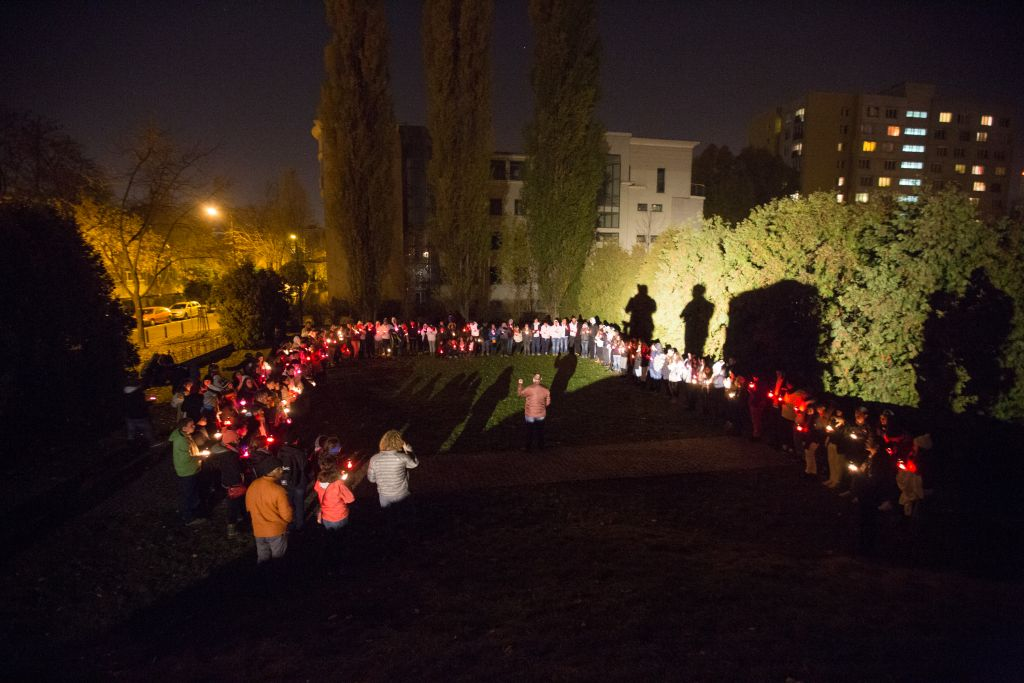 Gathered on October 31, 2015 in the heart of Warsaw's former Jewish ghetto, more than 200 Israeli and American college students commemorated the 75th anniversary of the ghetto's creation by the Nazis in 1940. (Elan Kawesch/The Times of Israel)