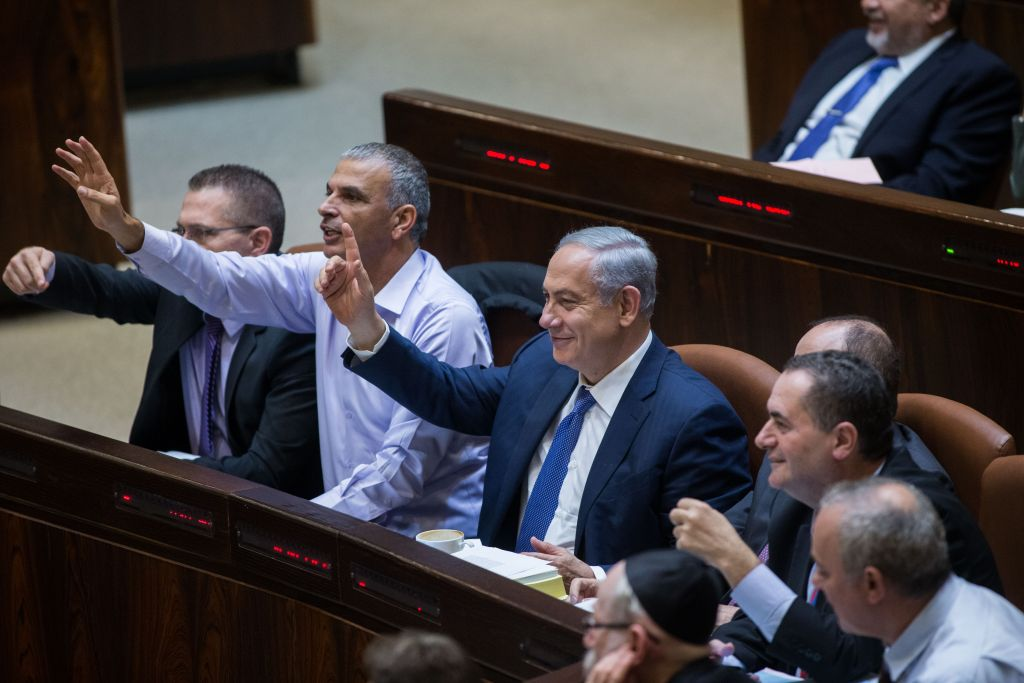 Prime Minister Benjamin Netanyahu and Finance Minister Moshe Kahlon during vote on the state budget for 2015-2016, November 18, 2015 (Yonatan Sindel/Flash90)