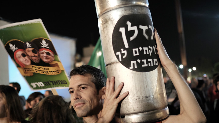 Israelis protest against a controversial agreement reached over the past few months between the government and large energy companies over natural gas production, in central Tel Aviv, on November 28, 2015. (Tomer Neuberg/Flash90)