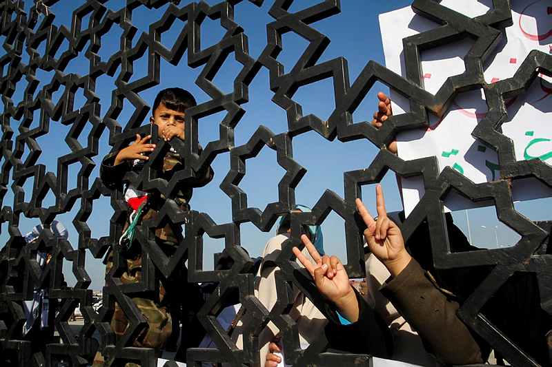 Palestinians protest at the Rafah border crossing in the southern Gaza Strip, on December 22, 2015. (Abed Rahim Khatib/Flash90)