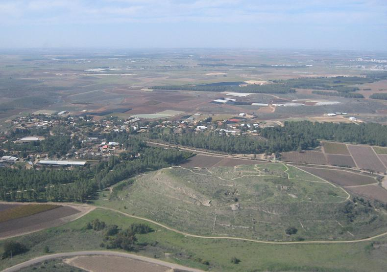 An aerial view of Tel Lachish (CC BY-SA אסף.צ, Wikimedia Commons)